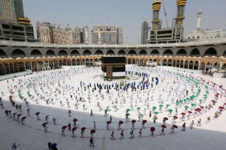 امام خامنه ای : کل منطقه اسلامی میدان سربرافراشتن مقاومت در مقابل شرارت های آمریکا است